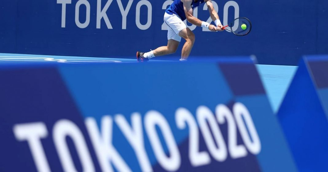 A tennis player practices at the 2020 Olympic Games in Tokyo (photo by Reuters)